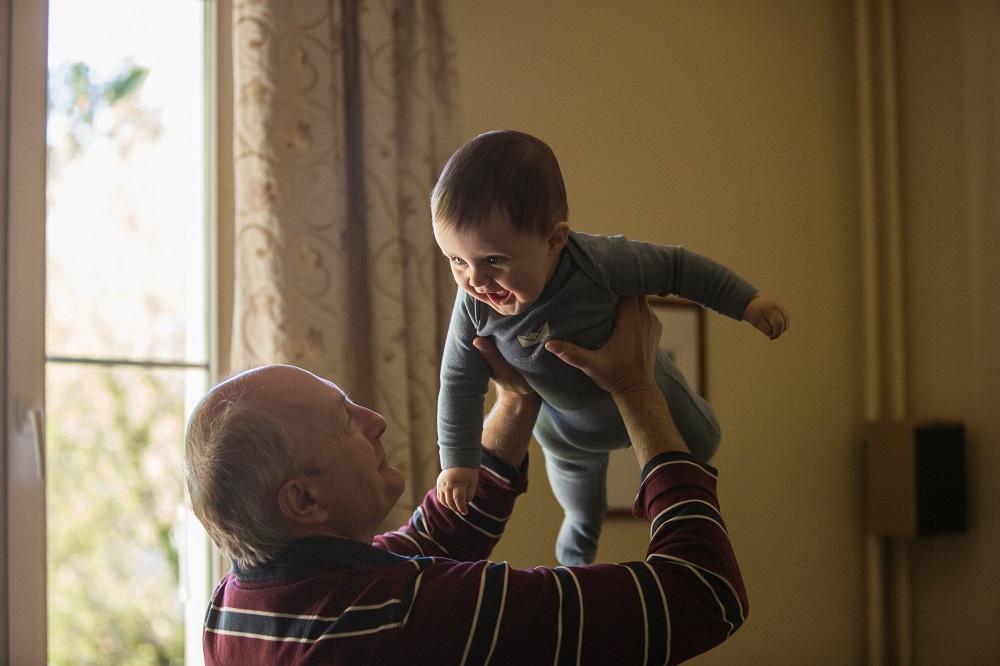 Los abuelos pueden aplicarse el mínimo por descendientes en IRPF cuando conviven con hijos y nietos carentes de ingresos