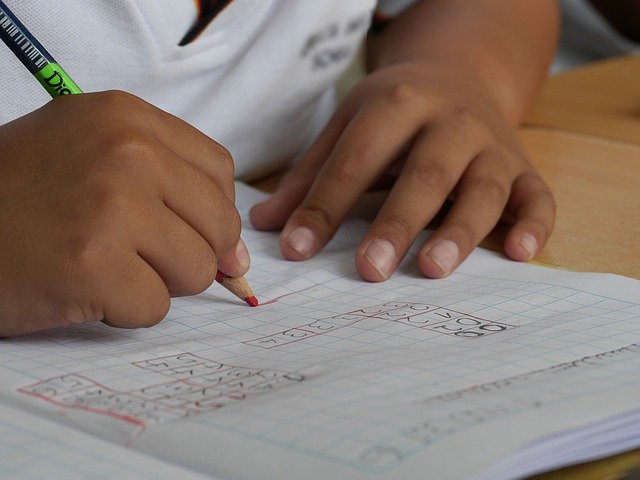 Gastos deducibles en IRPF por ayuda doméstica, guardería, material escolar, libros de texto o estudios en las Comunidades Autónomas. Ejercicio 2021